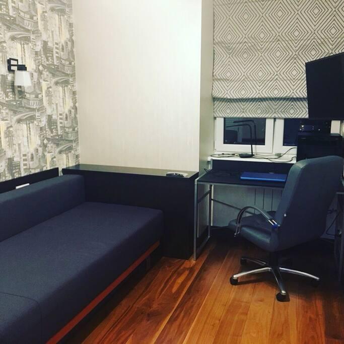 В комнате есть раскладной двухспальный диван, стол, большой телевизор, отдельная комната-гардероб.