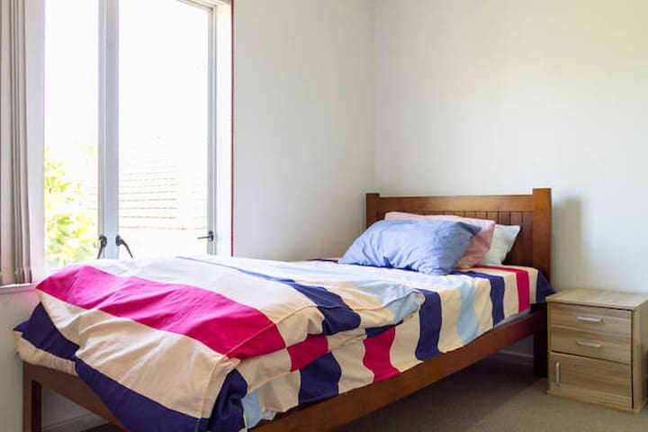 LARGE COZY single room-5 MINS to trains/bus/shops - Auckland - Reihenhaus