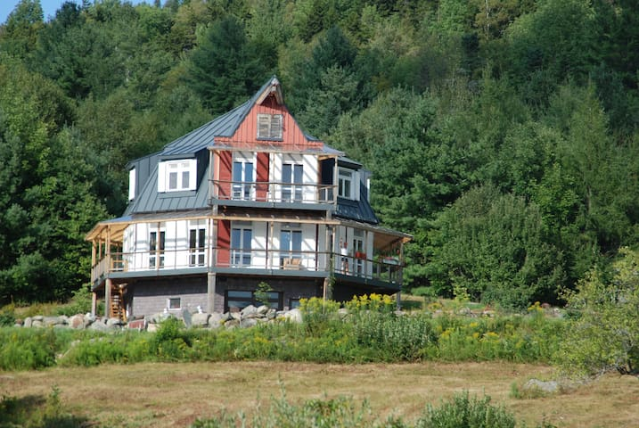 Eclectic Octagon House- 10 min. to Okemo!