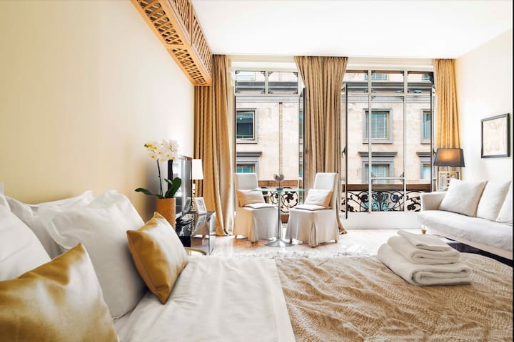 Lavish Suite with balcony and Duomo view (DS)