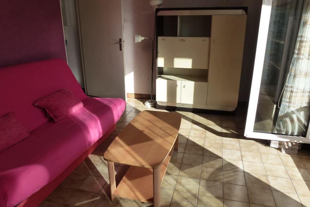 salon avec canapé pour couchage 2 personnes ensoleillé tout le matin