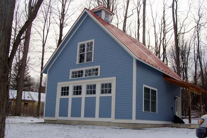 Charming carriage house near campus - Middlebury