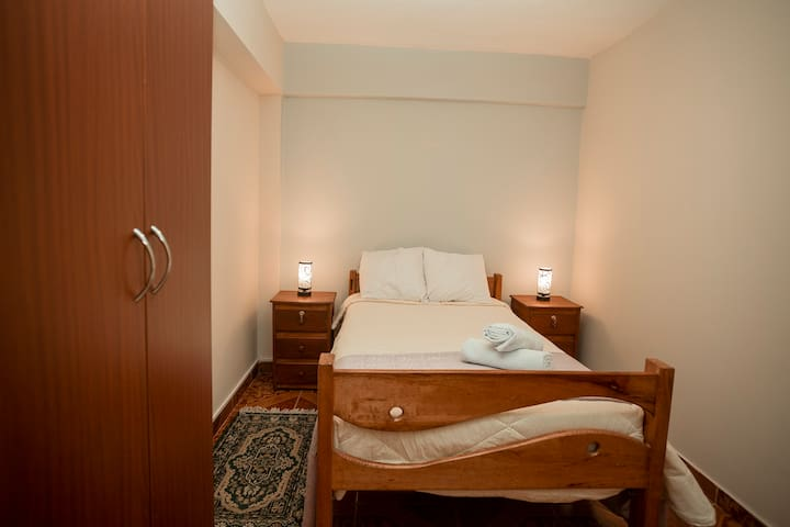 Confortable & Private room, close to the airport.