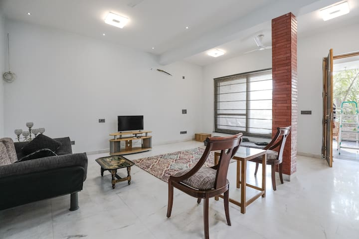 Spacious, light & comfortable room @ DLF Phase 2