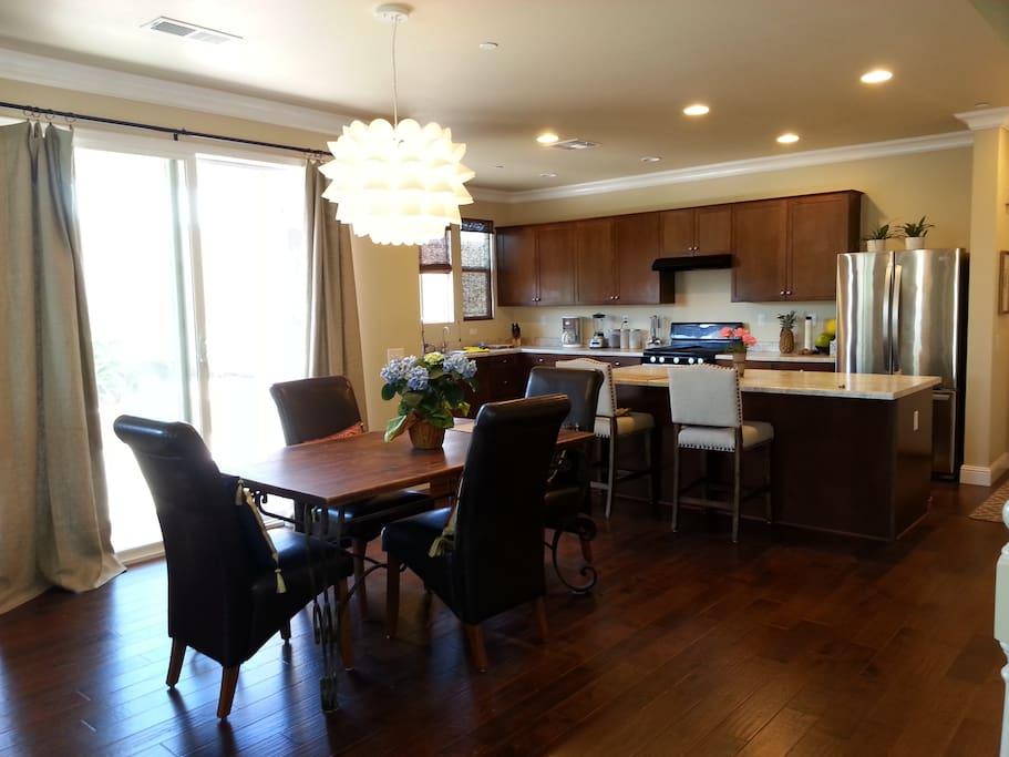 餐廳和廚房全新廚具 Dining area and kitchen, new appliances