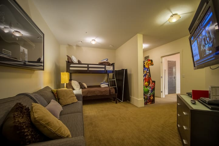 2nd bunk room with queen sofa bed