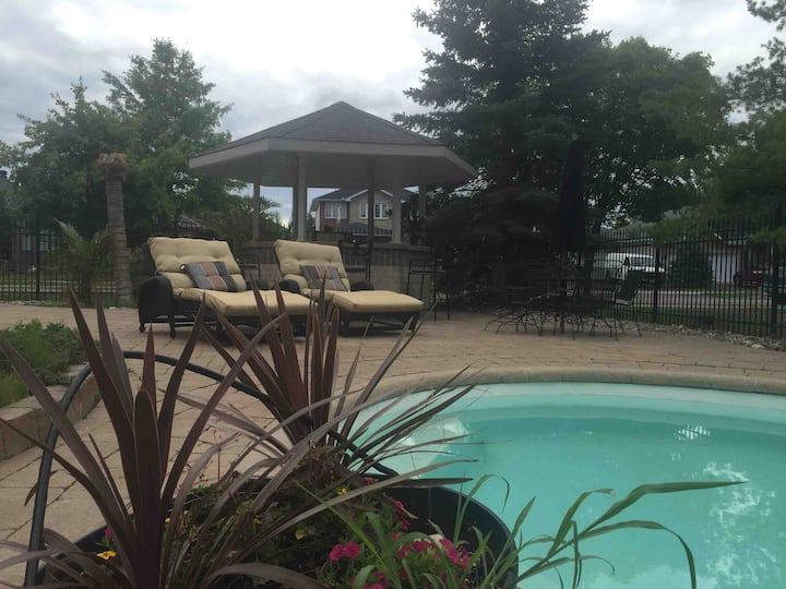 Room in nice home, gym & hottub (free), spa ($)