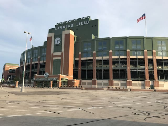Lambeau House-Walk to Titletown District - Game Weekends Available!