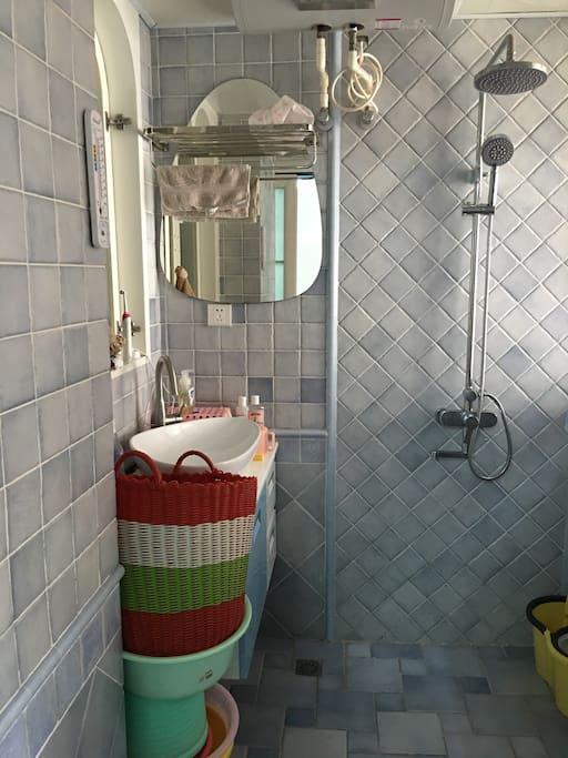 浴室,有热水器。bathroom with 24hr hot water