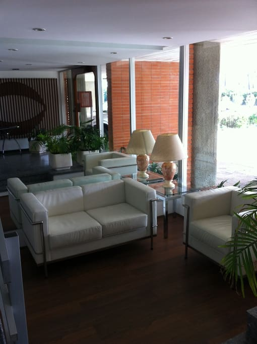 Building reception lounge. / Recepción del edificio en PB.