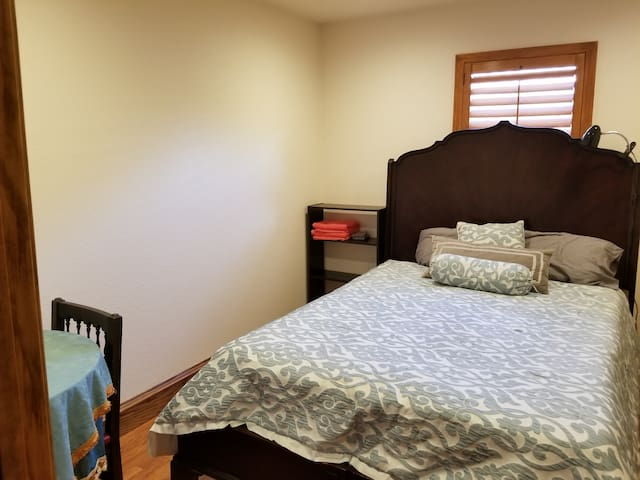 (#3) Queen Bed in Beautiful Wood Floor Home