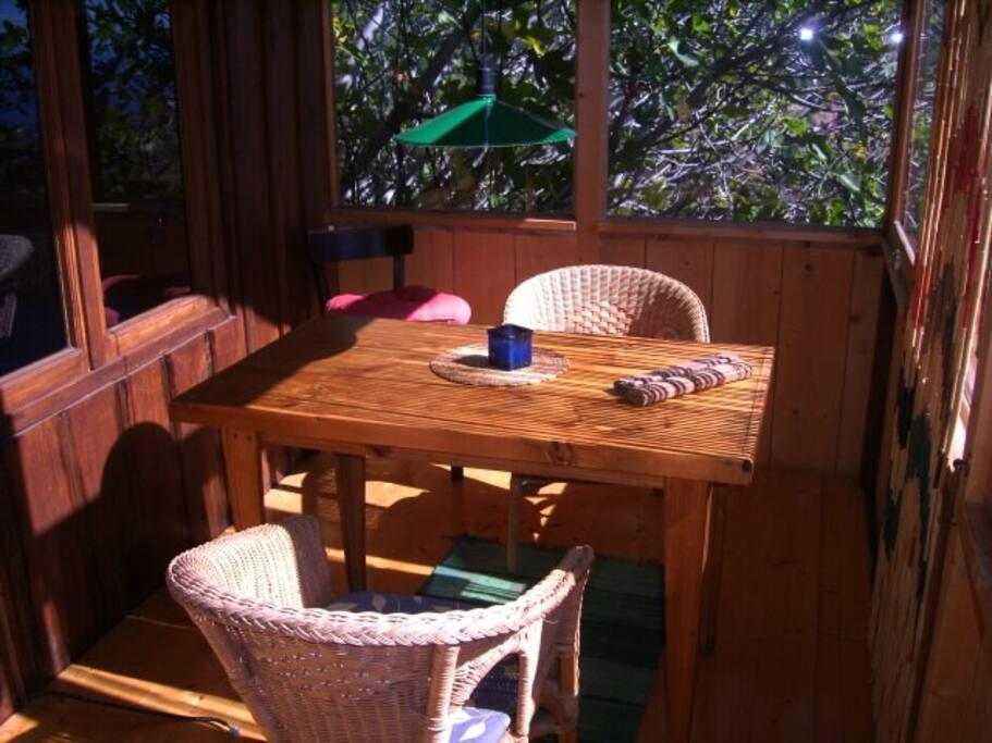 gemütlicher Frühstücks platz mit Morgensonne