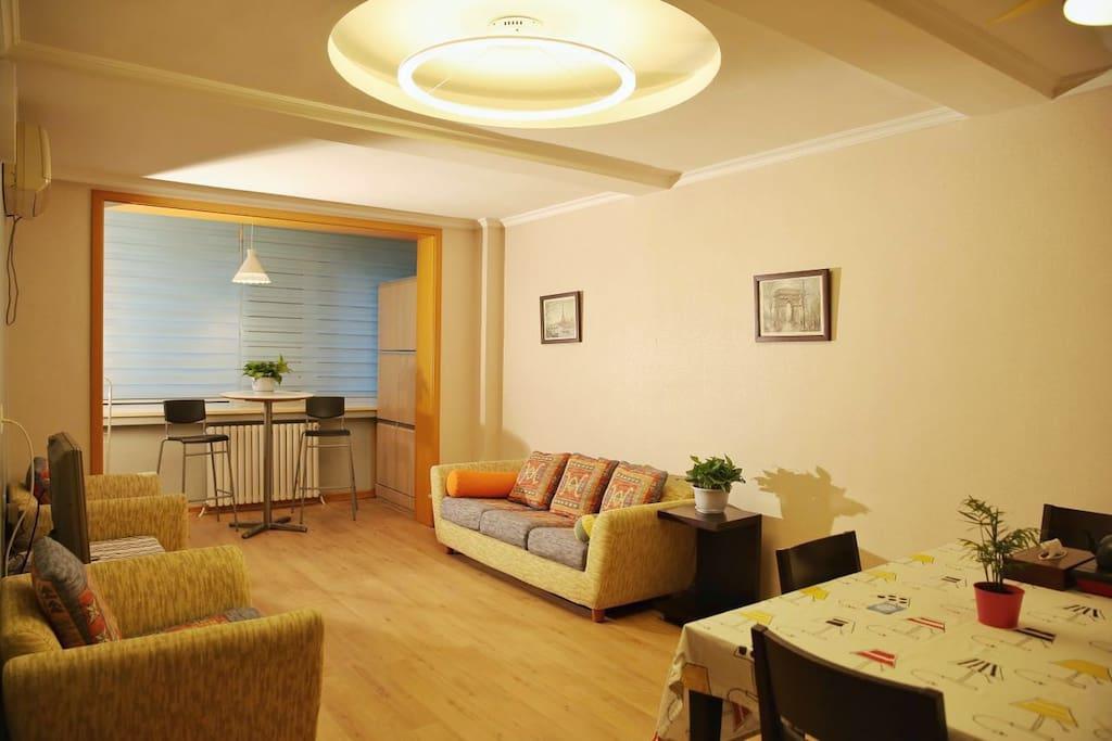 明亮透光方正的客厅