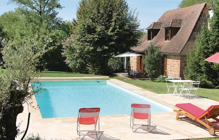 Holiday cottage with 2 bedrooms on 95 m² in Boisseuilh