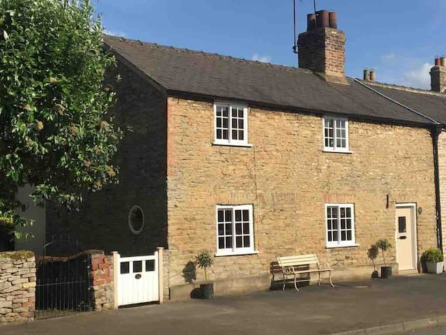 4* Lux C17th cottage, idyllic village & great pub!