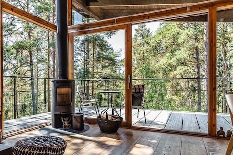 Moderni talo, josta on upeat näkymät kulutuspinnalle.