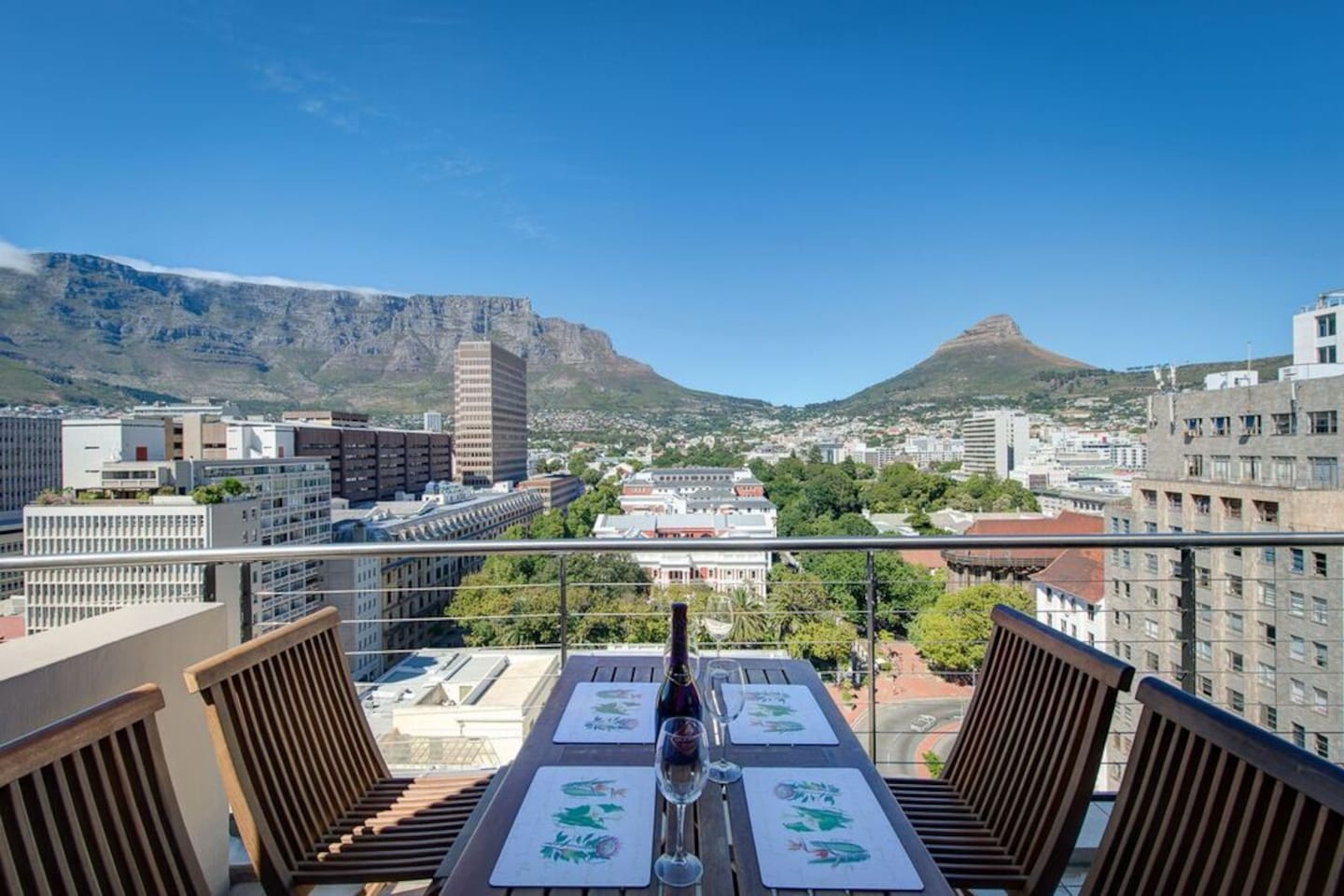 Alfresco dining overlooking Table Mountain, Parliament and Company Gardens