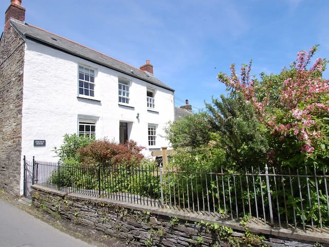 JORDAN HOUSE, pet friendly, with open fire in Boscastle, Ref 967216