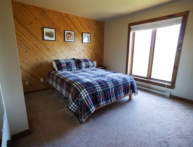 Master Bedroom, Queen bed, main level