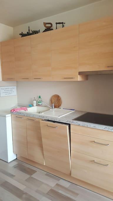 Moderne Küche, inklusive Waschmaschine, Geschirrspüler.
