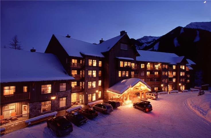 Ski-in/ski-out condo with wrap around balcony, access to pool, hot tub and BBQ, free wifi: S201 - Snow Creek Lodge 201