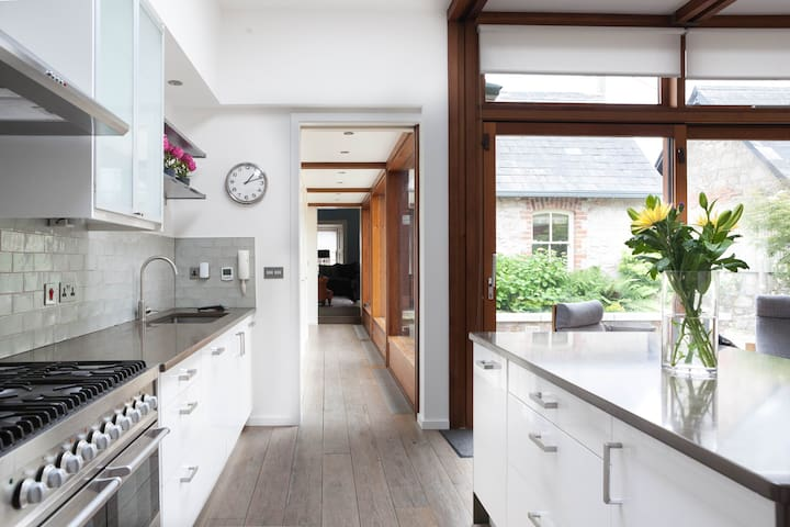 Luxury Dublin Home - with spacious courtyard. - Booterstown - House
