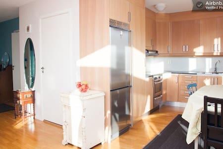 Lightfilled sunny apartment next to communications - Худдинге
