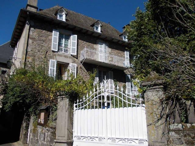 "Chambres d'hôtes "" Les Tilleuls"" - Vic-sur-Cère - ที่พักพร้อมอาหารเช้า"