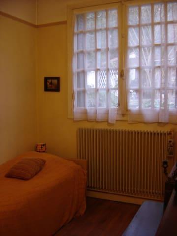 Chambre très calme, proche de  l'ouest de Paris - Bougival