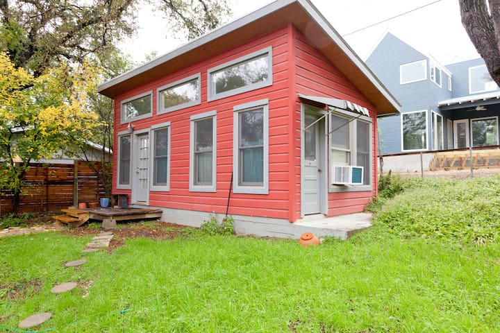 Private and Sunny Zilker Cottage
