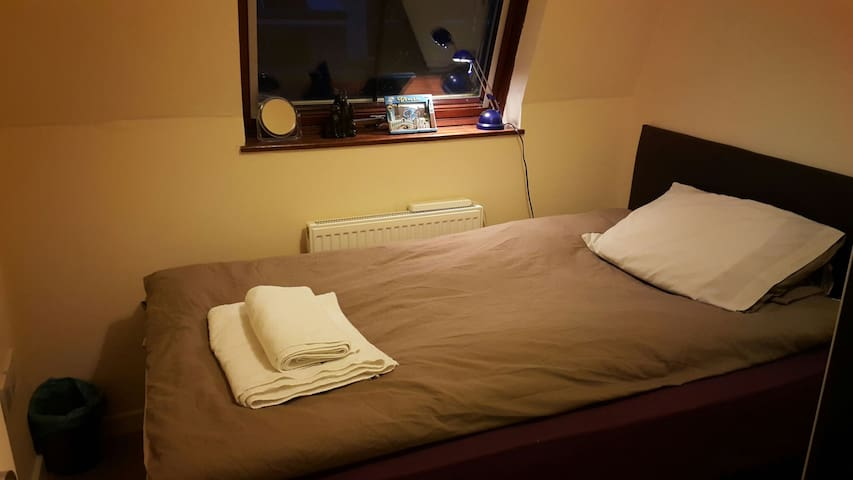 Beautiful bedroom at city centre - Slough  - アパート