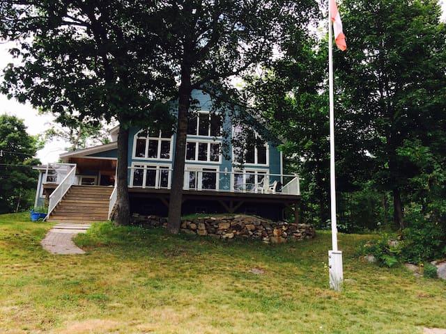 Beautiful Lake Front Cottage