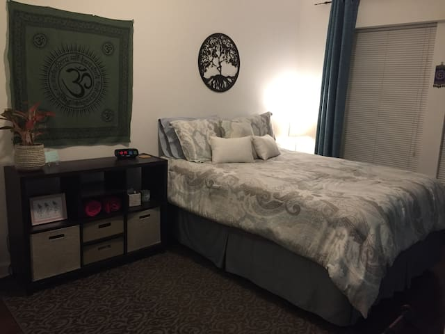 Comfy Cozy Guest Room, min from U of C & Downtown