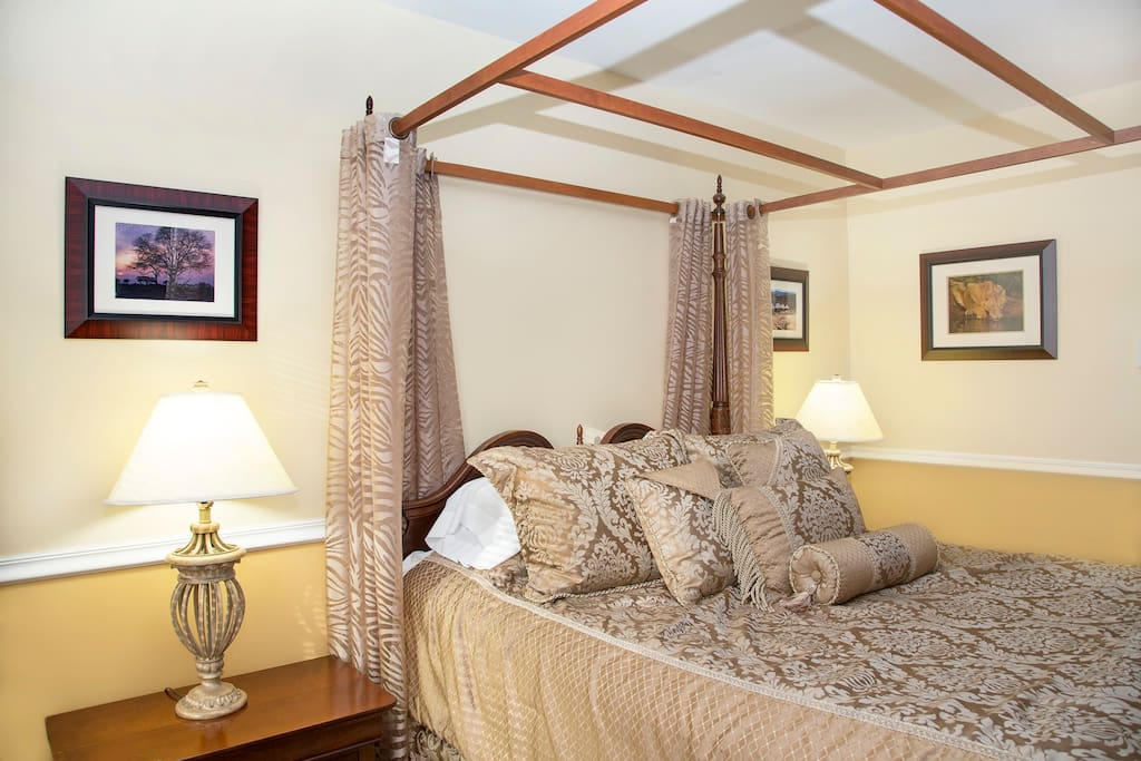 Roosevelt Luxury Suite - elegant canopy queen bed