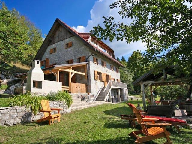 Robuuste villa op groot perceel in bergen Slovenië