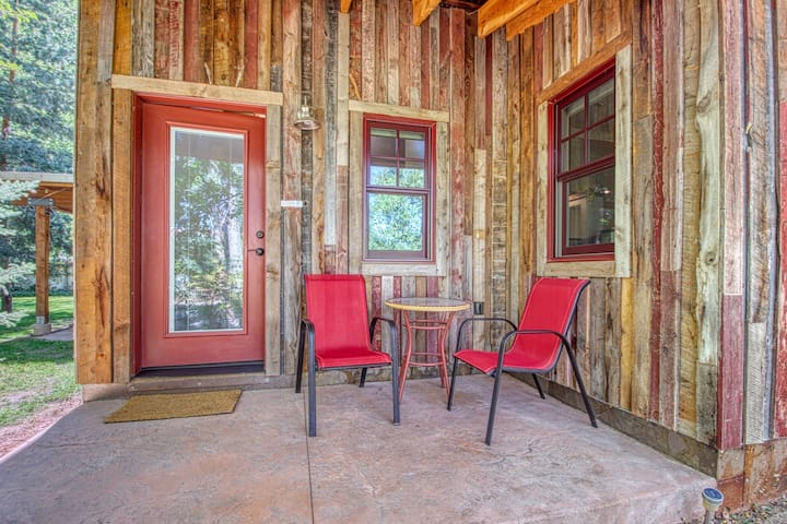 Dog-friendly studio space in town - walk to restaurants and Creekside Trail!