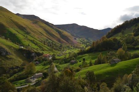 """Cabaña """"El Cerro"""" vistas al valle del Río Miera - San Roque de Riomiera"""
