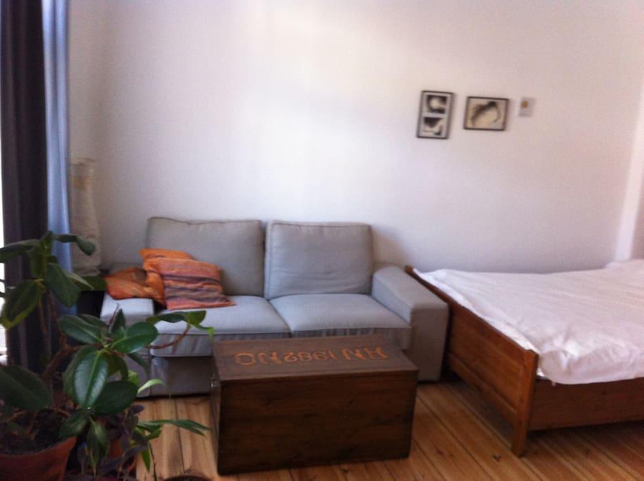 gemütliche Couch mit Couchtisch