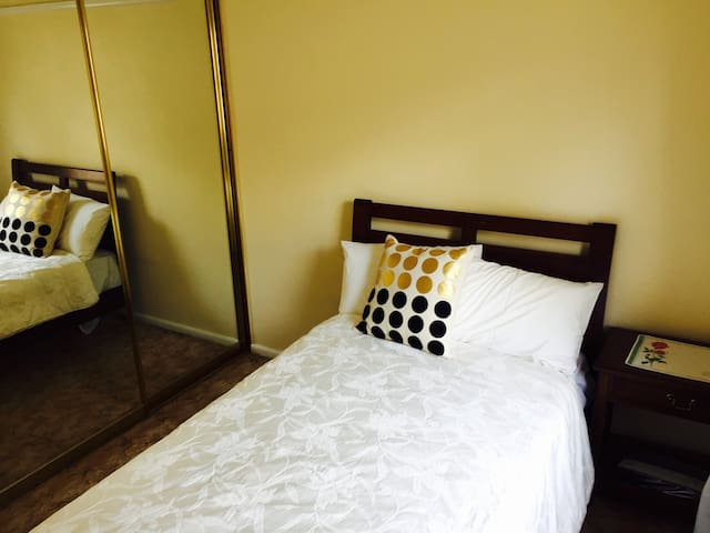 Cosy and comfortable bedroom - Parramatta area - Guildford - Дом