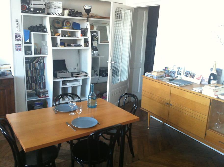Parquet, chaleur, lumière, mobilier, service de table.