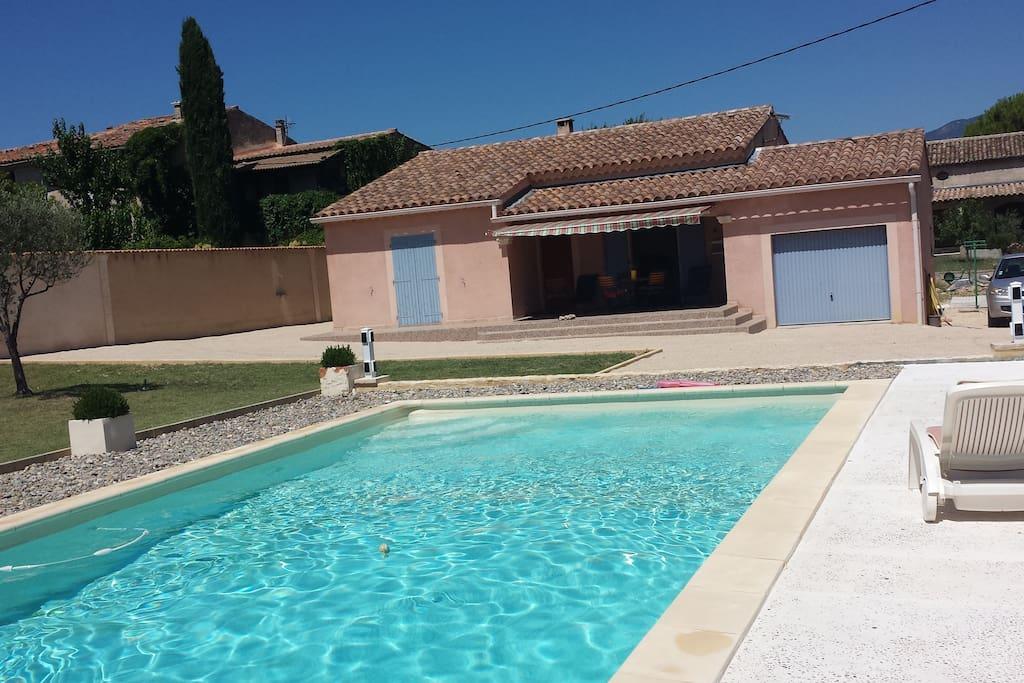 Maison vue de la piscine.