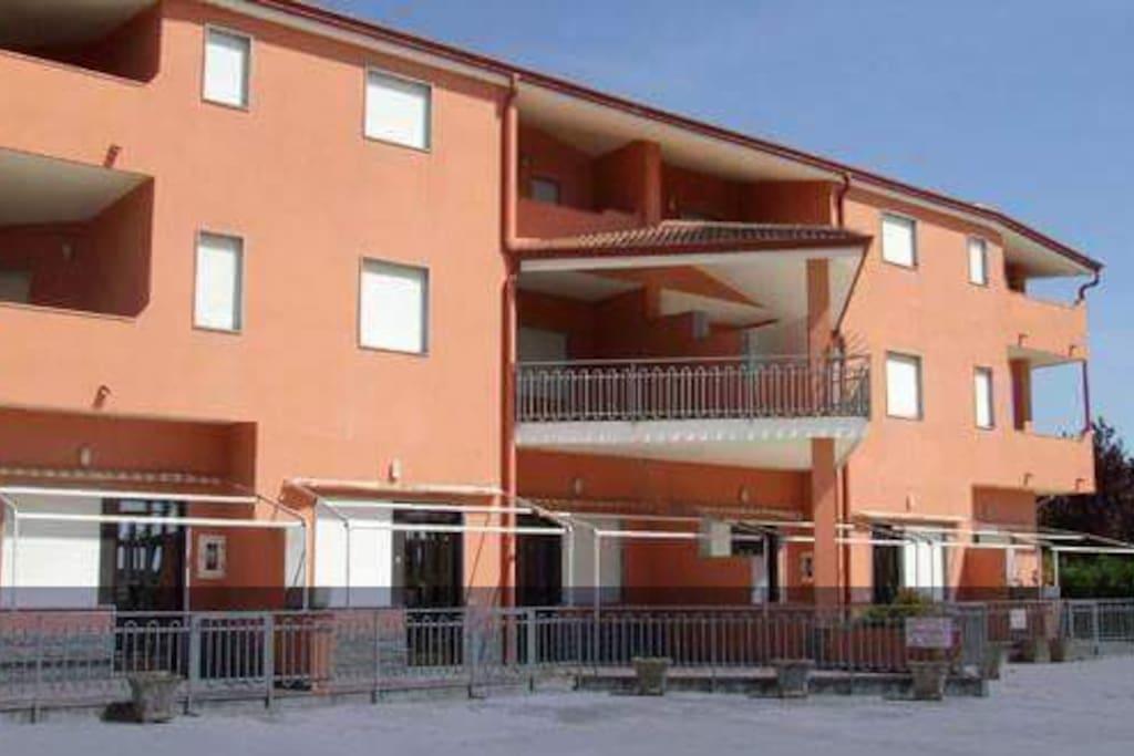 Gli appartamenti sono al piano terra ed hanno verande con tende da sole