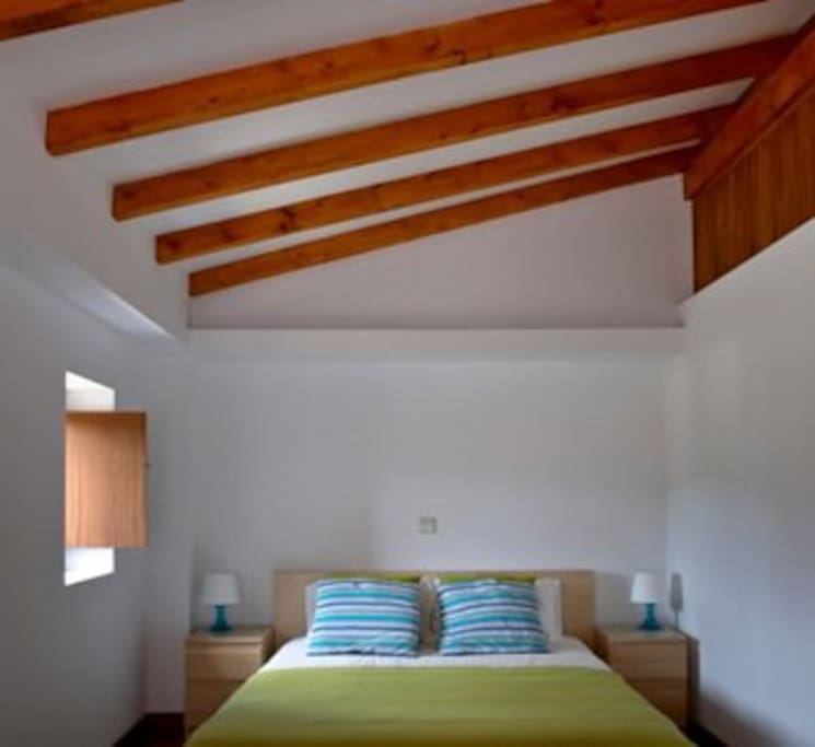 quarto de casal com varanda e quarto de banho