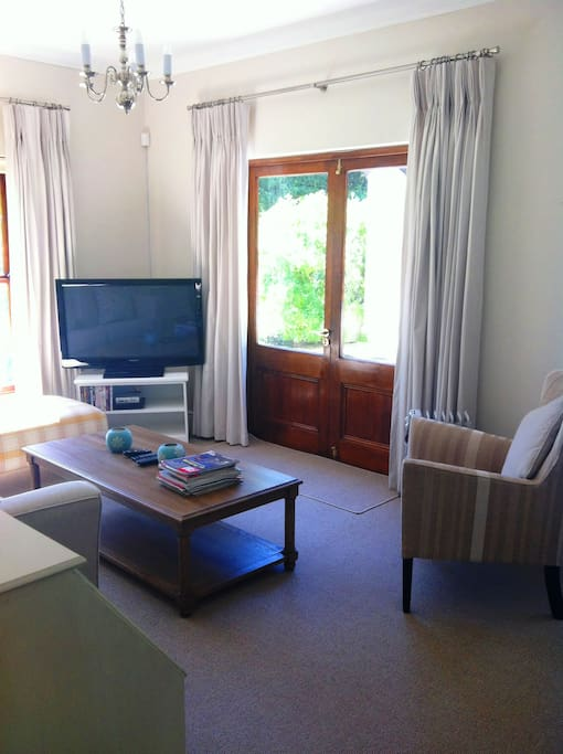 Cottage with private patio houses for rent in cape town for Best private dining rooms cape town