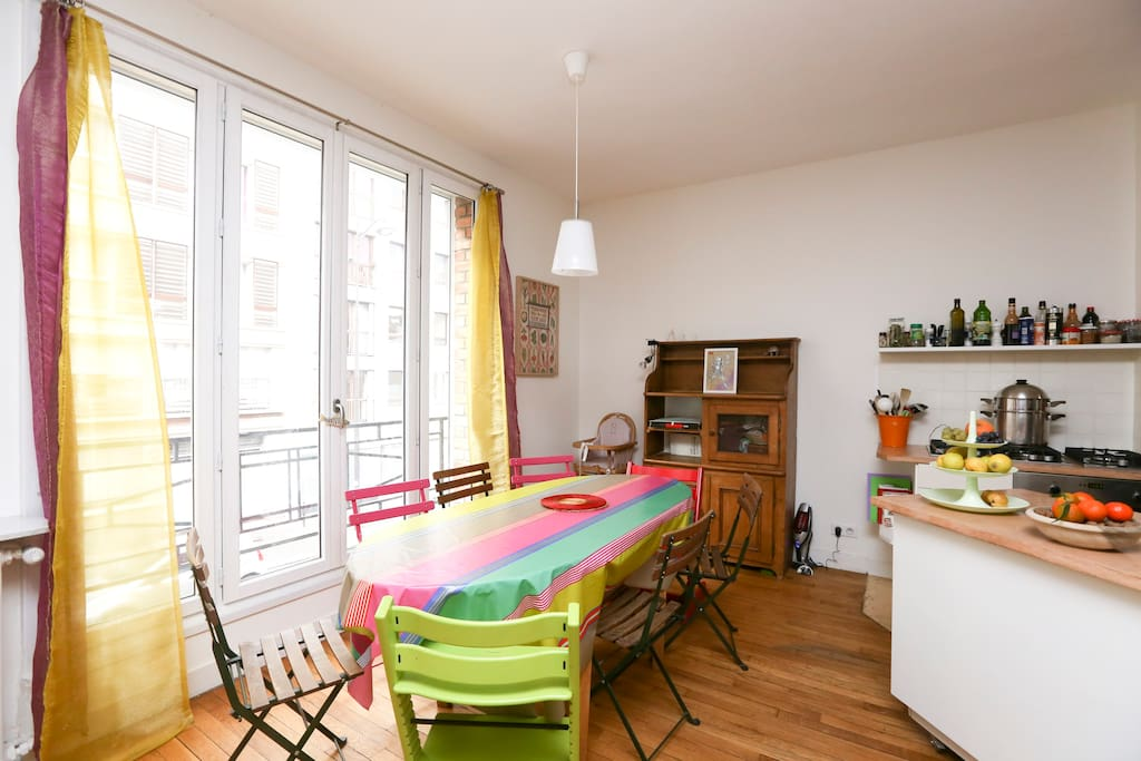 1st floor: the dining table, next to the kitchen. With high chair and childen chairs (Stokke)