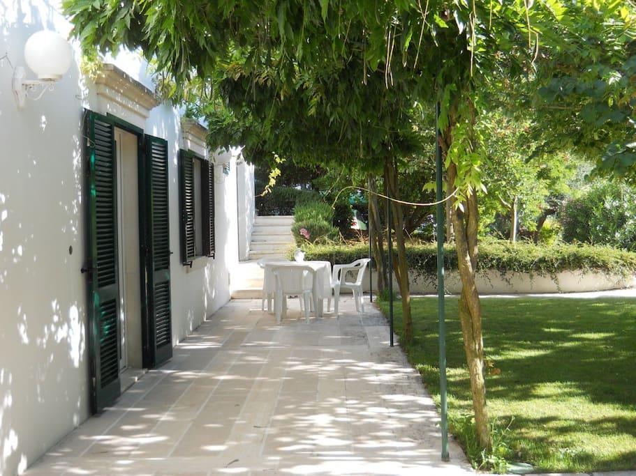 ingresso dell'appartamento e giardino