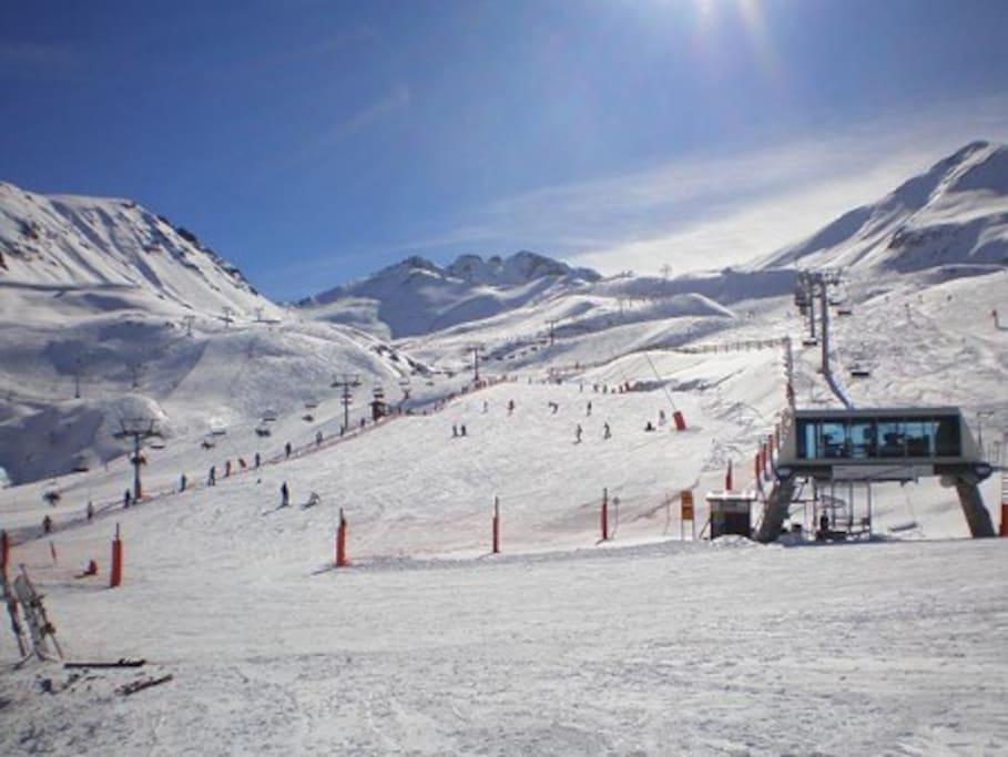 Edificio más cercano a las pistas de esqui, 7km.