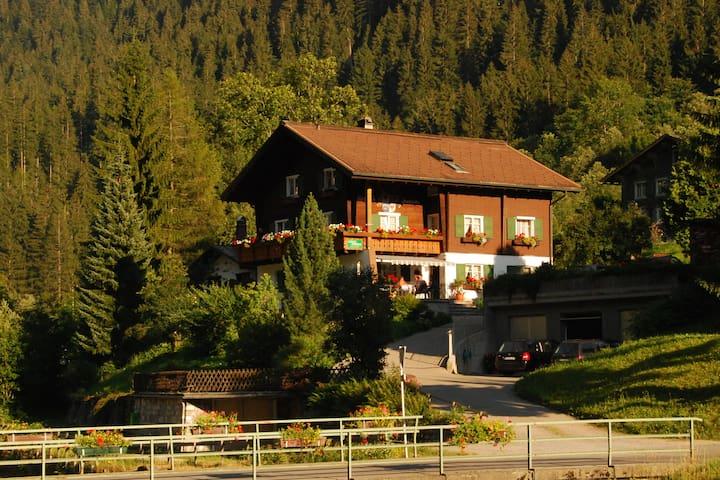 Ferienhaus/Wohnungen bis 12 Personen/Montafon
