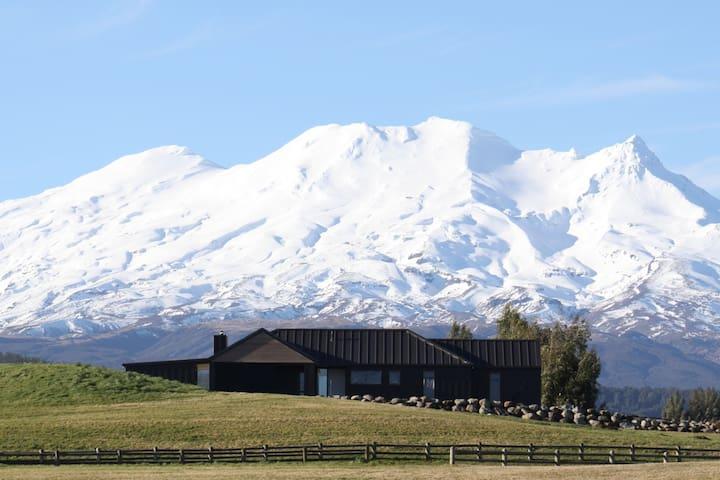 Stunning Ohakune Holiday Home w Ruapehu views