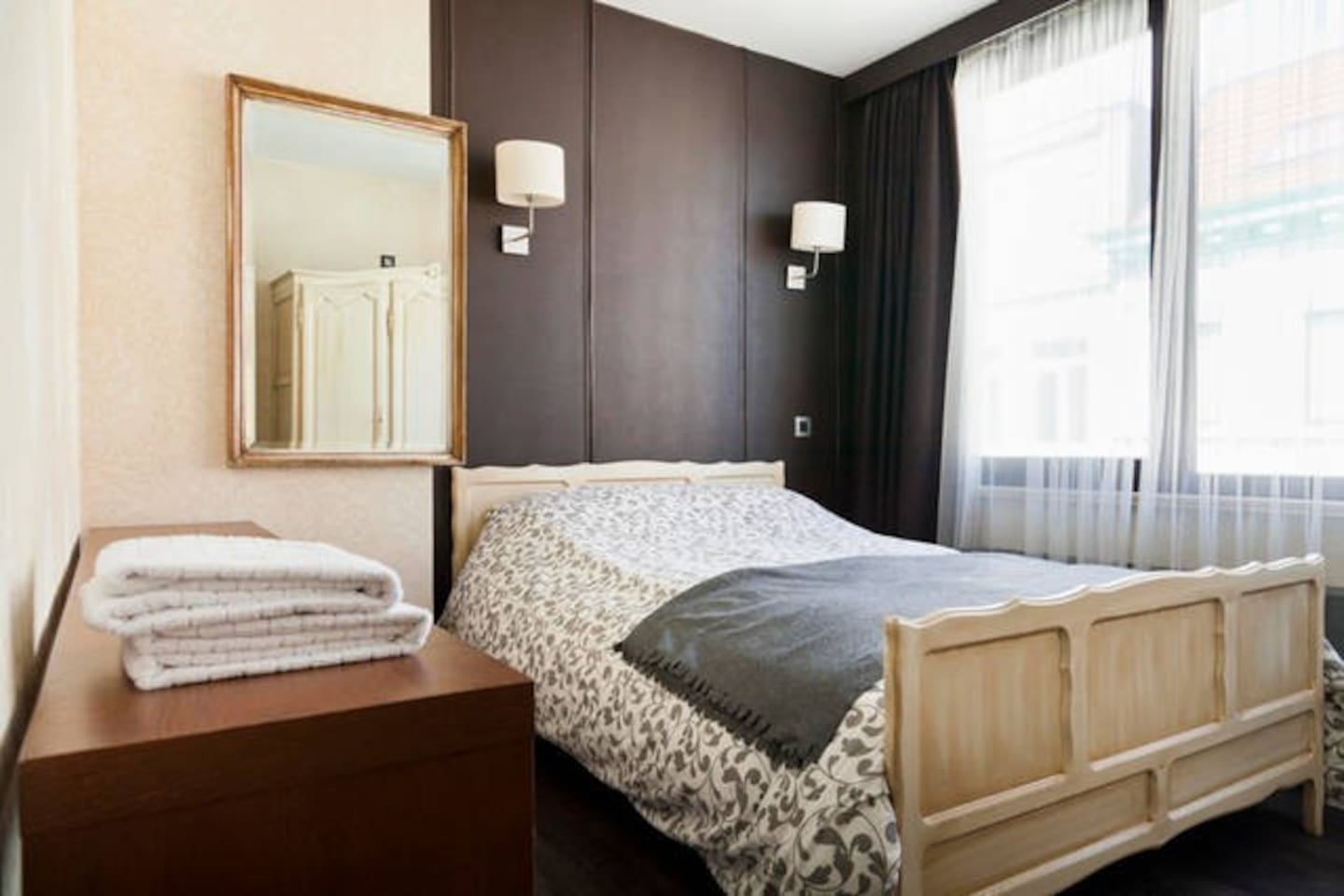 Double room ~ wifi ~ Shared bathroom walk-in shower with single room